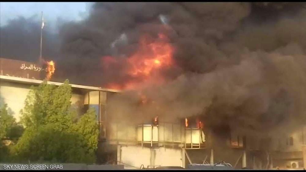 متظاهرون يحرقون مبنى محافظة البصرة مرة أخرى