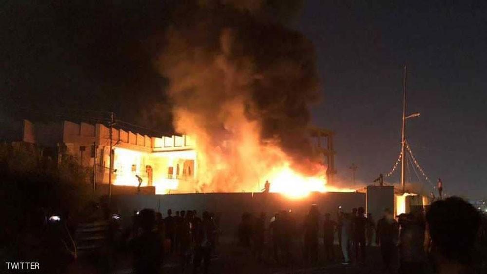 """متظاهرون يحرقون مقر """"عصائب أهل الحق"""" و""""منظمة بدر"""" بالبصرة"""