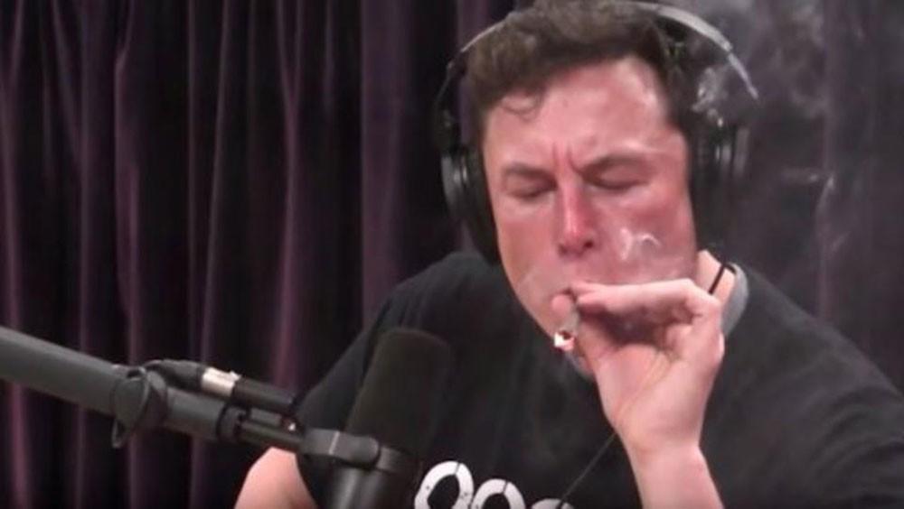"""ملياردير شهير يدخن """"الحشيش"""" أثناء مقابلة!"""