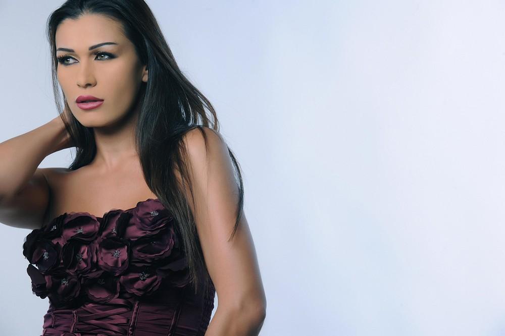 نادين الراسي تعتزل الفنّ بعد أزمتها مع نجلها