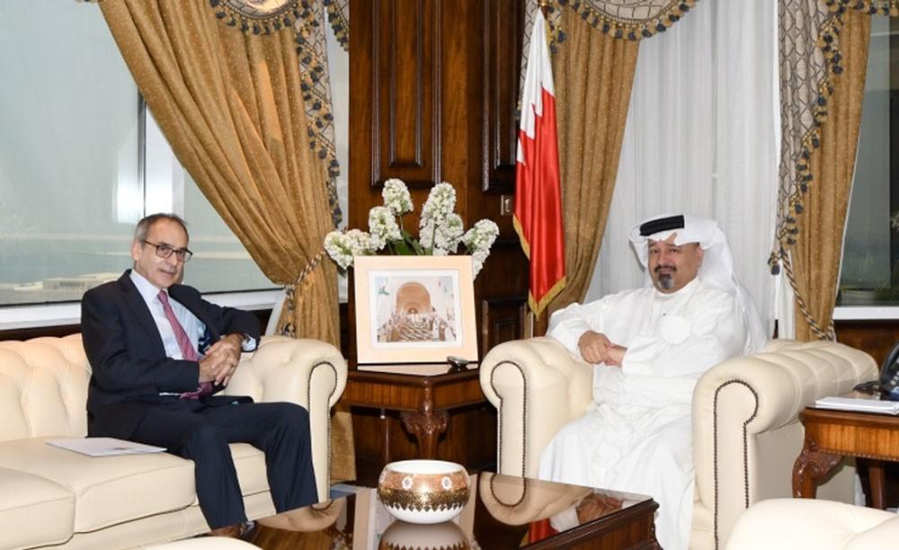 وزير المالية يجتمع مع السفير البريطاني لدى المملكة