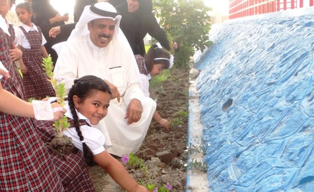 وزير التربية والتعليم يشارك الطالبات المستجدات بابتدائية الأندلس في زراعة الأشجار