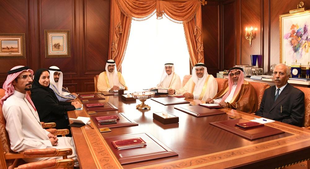 سمو الشيخ خليفة بن علي يستقبل اللجنة المنظمة لجائزة سموه للعمل الخيري