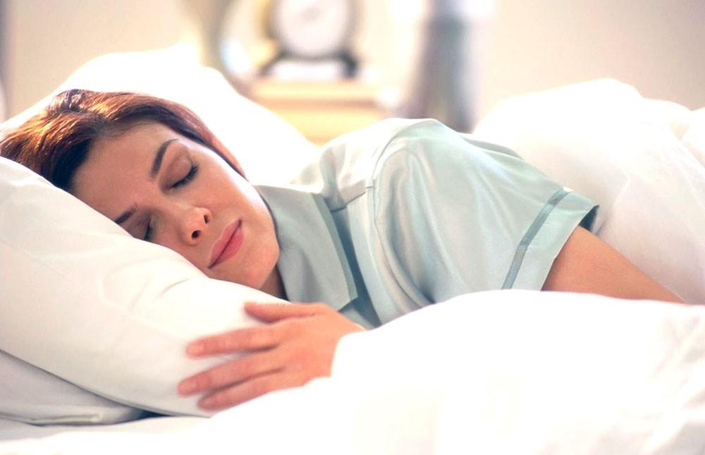لماذا يتكلم البعض أثناء النوم؟ وماذا يعني ذلك؟