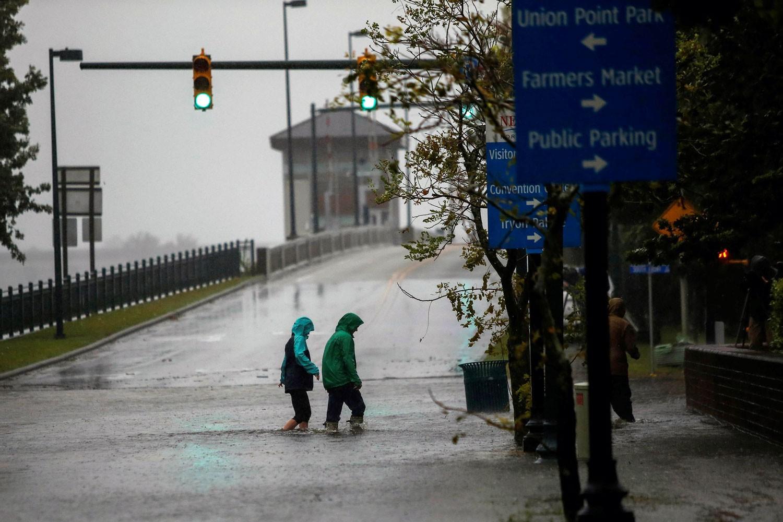 """الإعصار """"فلورنس"""" يغمر ولايتين أميركيتين بأمطار وفيضانات"""