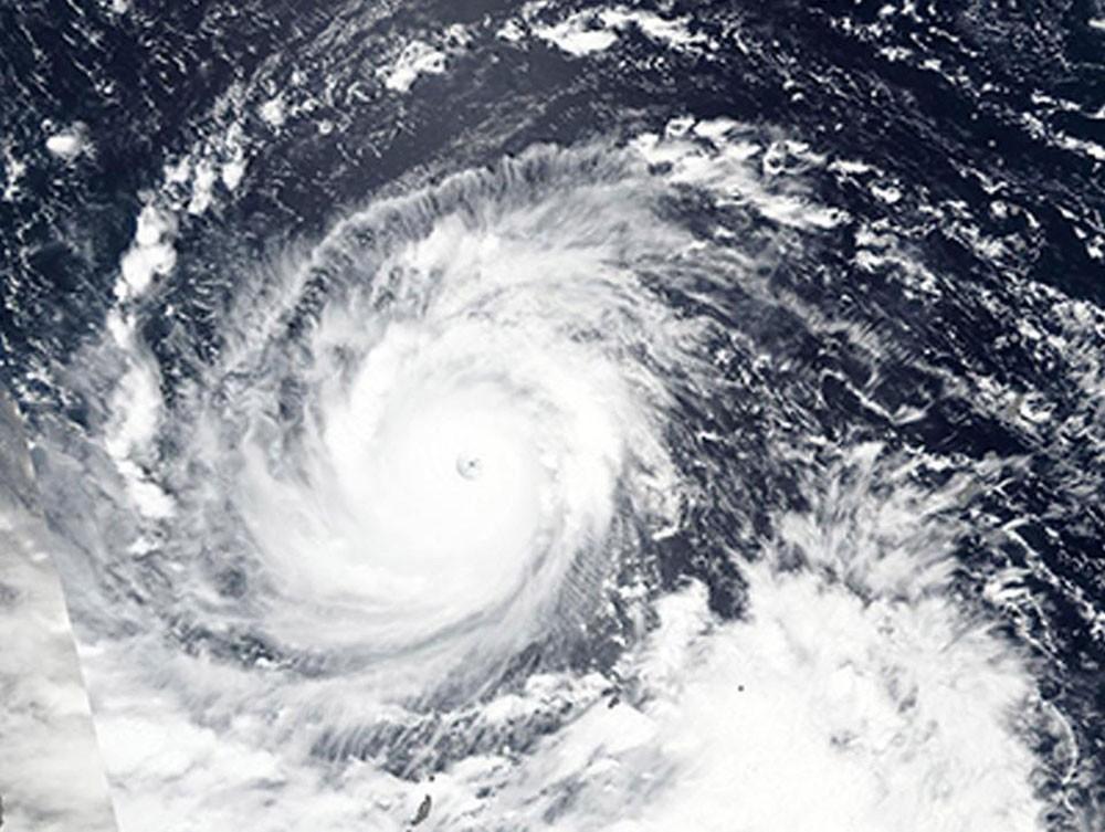 """""""إعصار خارق"""" يهدد الفلبين.. 4 ملايين إنسان في خطر"""