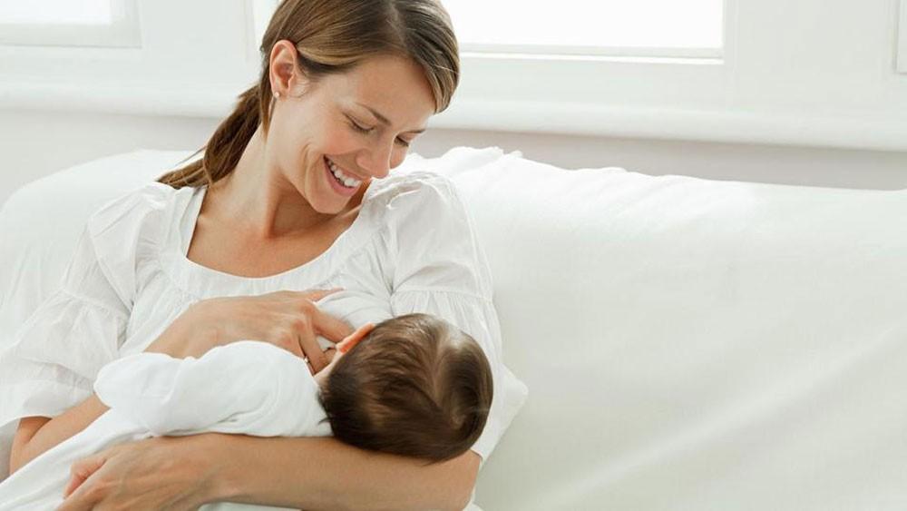 """مفاجأة.. الرضاعة الطبيعية """"تخفض توتر"""" المولود"""