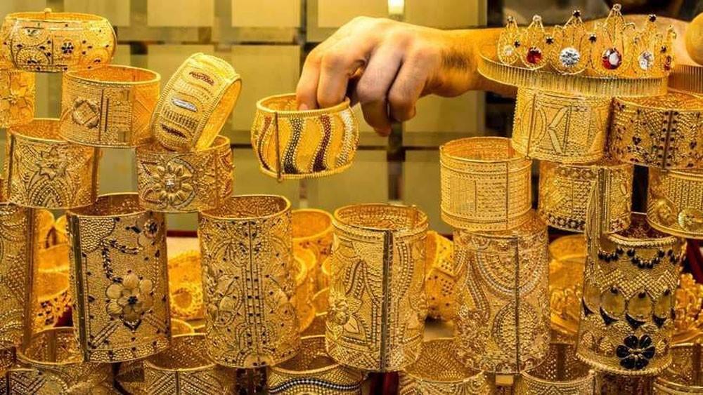 الذهب يتراجع والدولار يعصد بعد تشديد السياسة النقدية