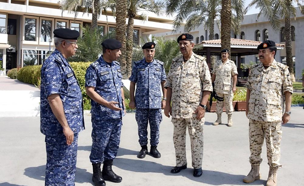 القائد العام يتفقد عددا من أسلحة ووحدات قوة دفاع البحرين