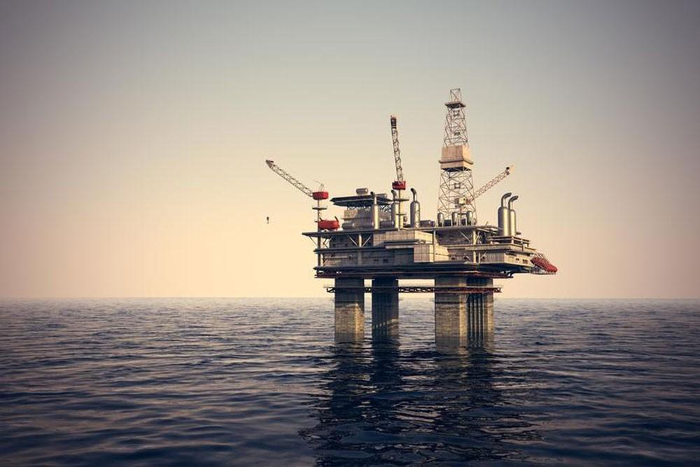 أسعار النفط تنهي الأسبوع على مكاسب قبل شهر من سريان عقوبات على إيران