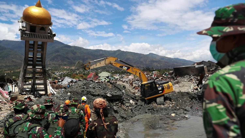 إندونيسيا.. استخراج 2000 جثة ونحو 5 آلاف تحت الأنقاض