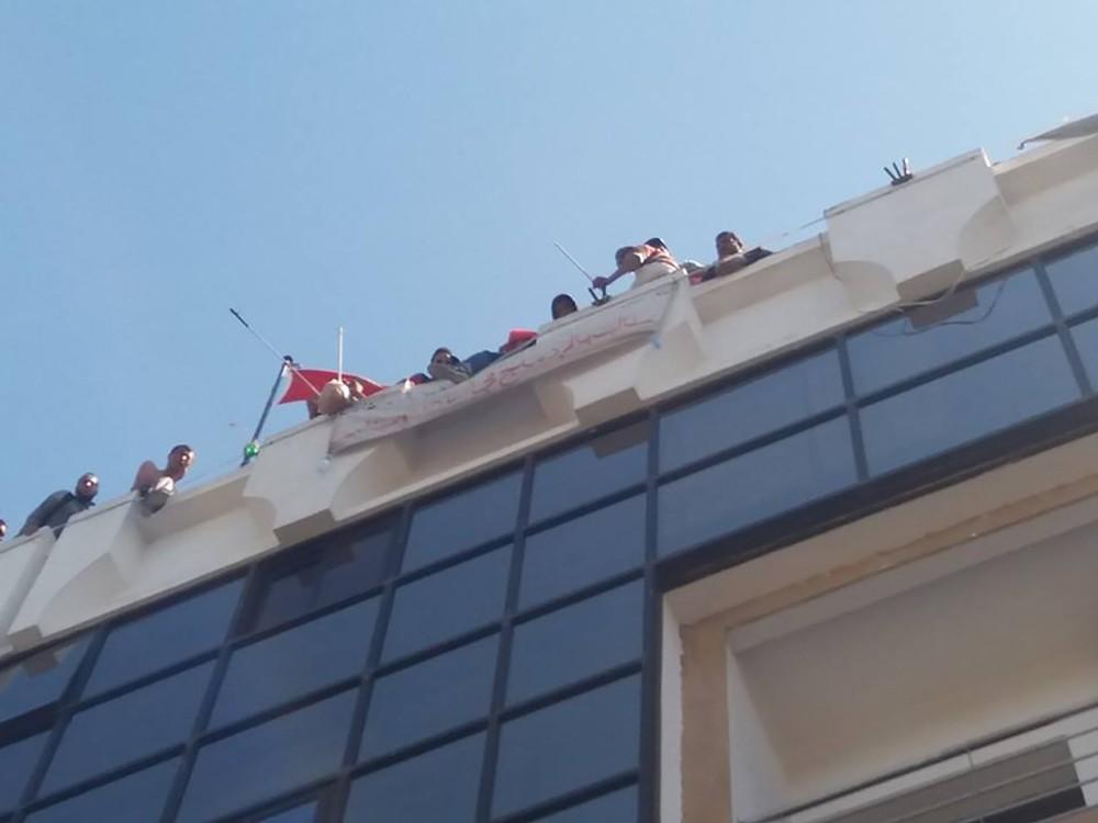 حادثة مؤلمة تهز المغرب.. كفيف يسقط من سطح وزارة