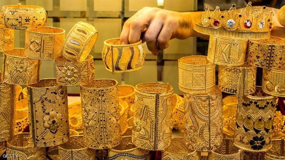 الذهب يستقر والدولار يتراجع عن ذروته