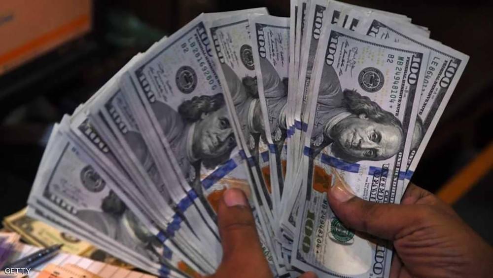 الدولار ينزل بعد هبوط الأسهم الأميركية