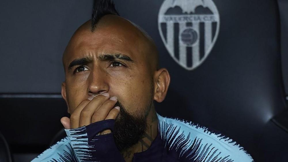 مدير برشلونة: فيدال لم يحترم زملائه وفالفيردي
