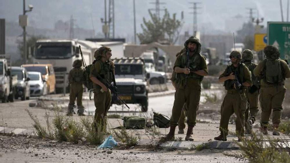 فلسطيني يطعن جنديا إسرائيليا بالضفة.. والجيش يغلق طرقا