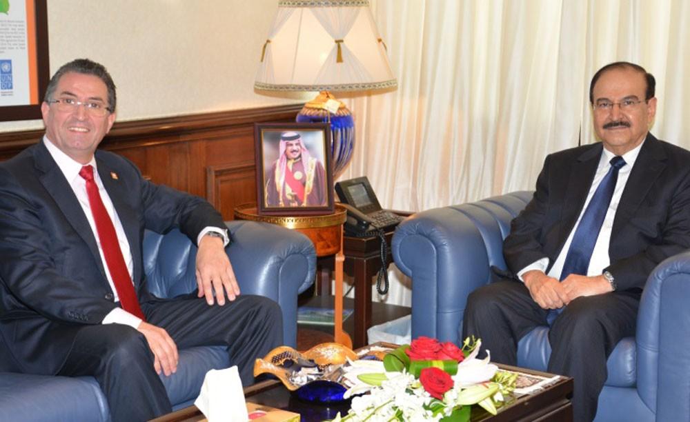 ميرزا يبحث العلاقات الثنائية في مجالات الطاقة المتجددة مع القنصل السويسري