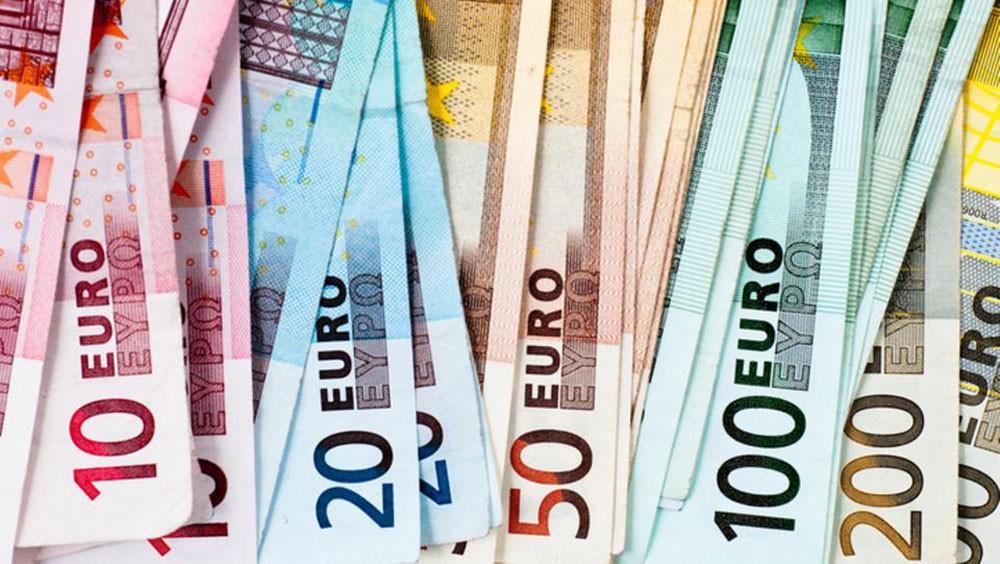 اليورو يهبط قرب أدنى مستوى بشهرين بفعل ميزانية إيطاليا