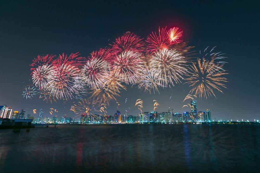 أبوظبي تستقبل العام الجديد باستعراضات ألعاب نارية مذهلة وحفلات موسيقية