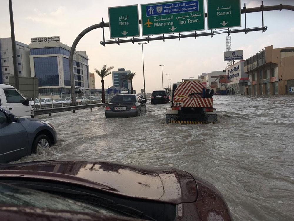 """بالصور : مياه الأمطار تغمر أجزاء واسعة من """"شارع"""" الاستقلال"""" و أزدحام مروري شديد"""