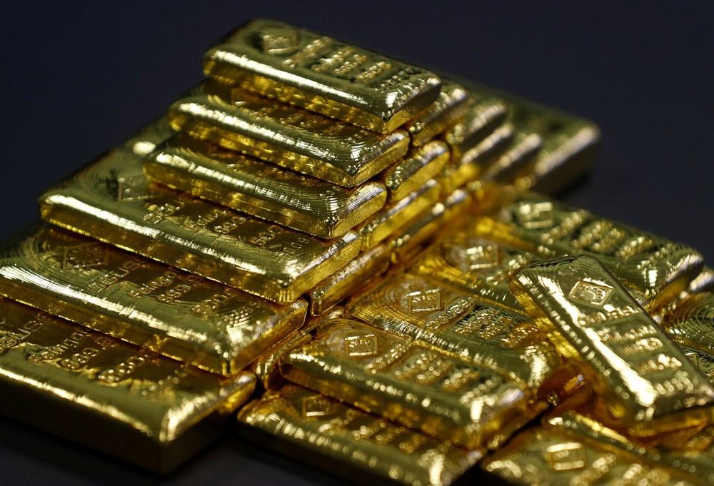 الذهب يهبط مع تراجع الإقبال بفعل ارتفاع الدولار