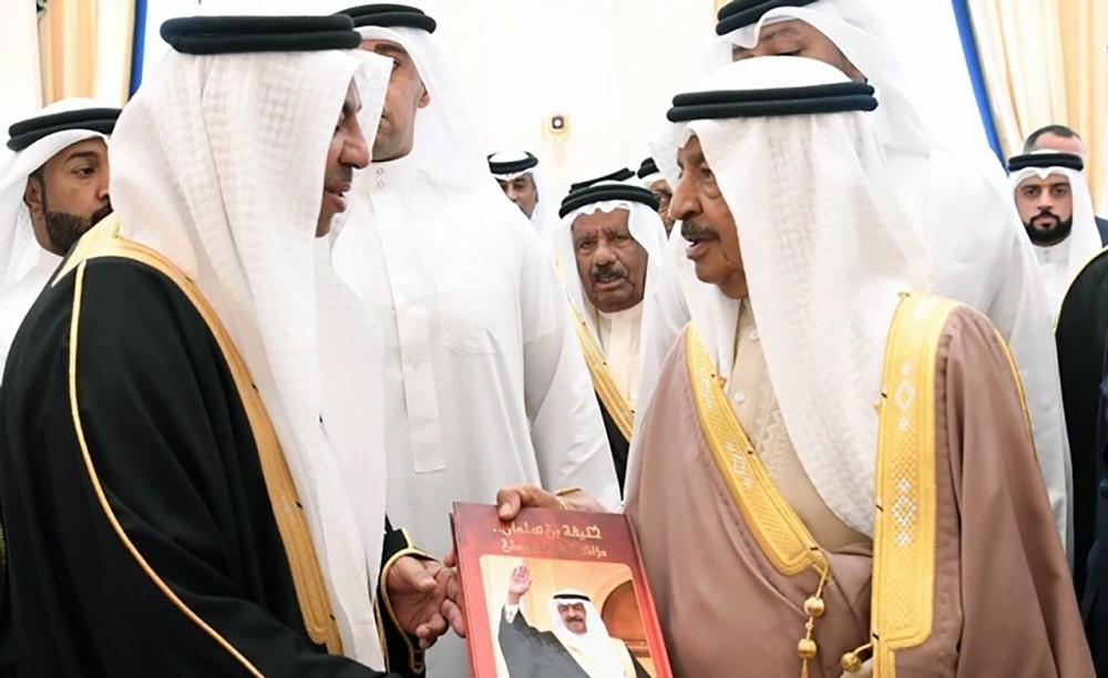 كتاب (خليفة بن سلمان ذاكرة الوطن) يرصد مواقف سمو رئيس الوزراء الوطنية