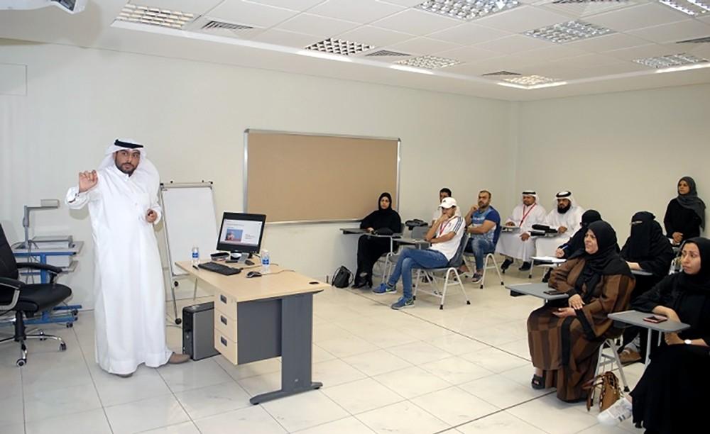 """محاضرة حول """"المواصفات واللوائح الفنية"""" لمتدربي """"الأجهزة الدقيقة"""" بمعهد البحرين للتدريب"""