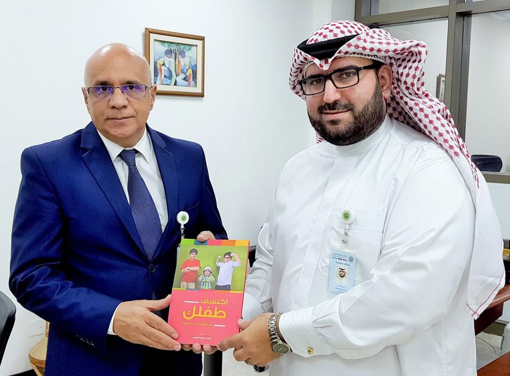 الساعي يهدي مكتبة جامعة الخليج العربي نسخ من كتابه التربوي