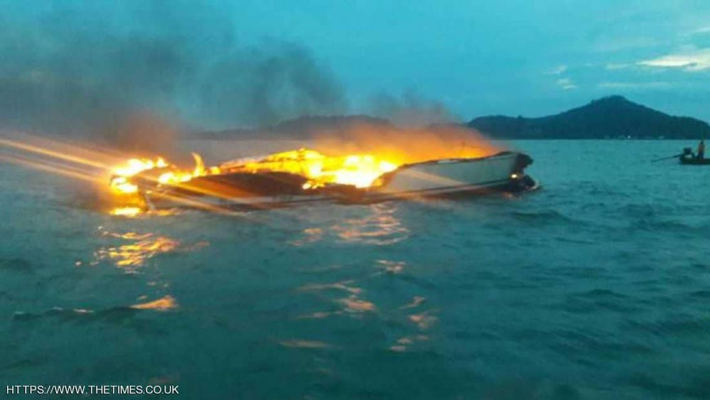 صاعقة برق ضربت قاربهم ونجو من الموت بأعجوبة