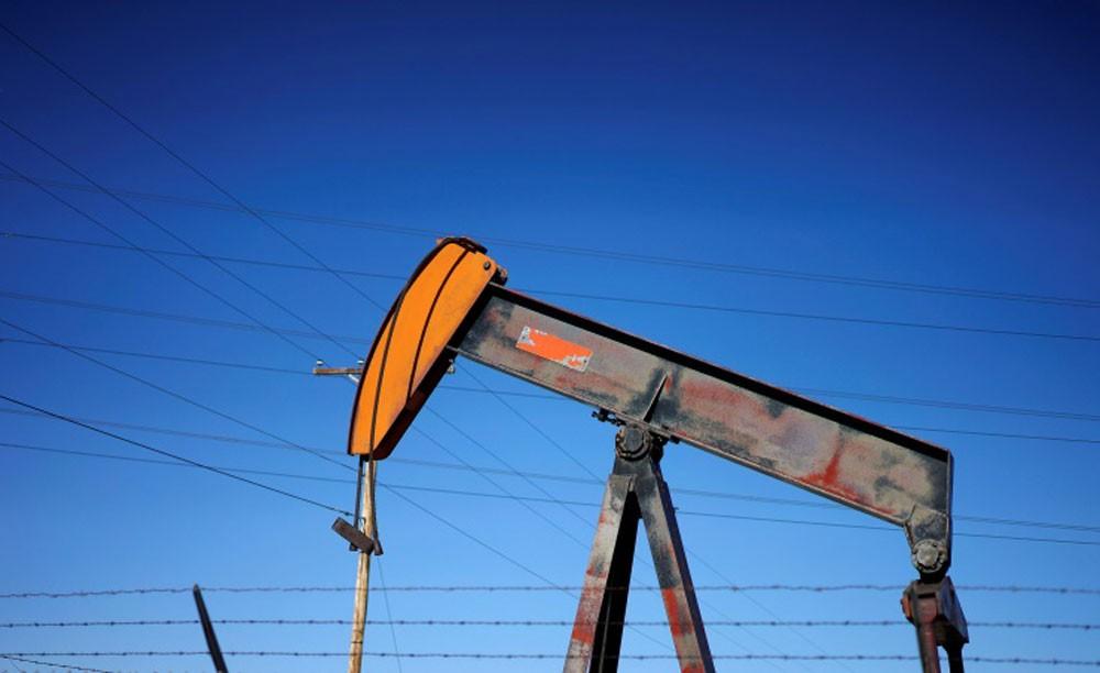 النفط يتراجع مع وصول الانتاج الامريكي لمستوى قياسي