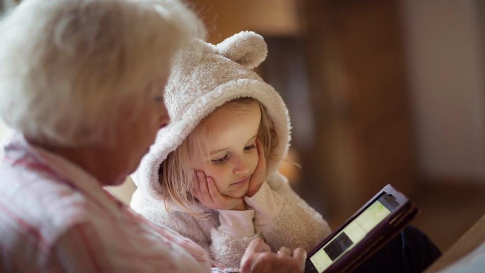 1300 صورة للطفل على الشبكة بحلول سن 13.. ما هي المخاطر؟