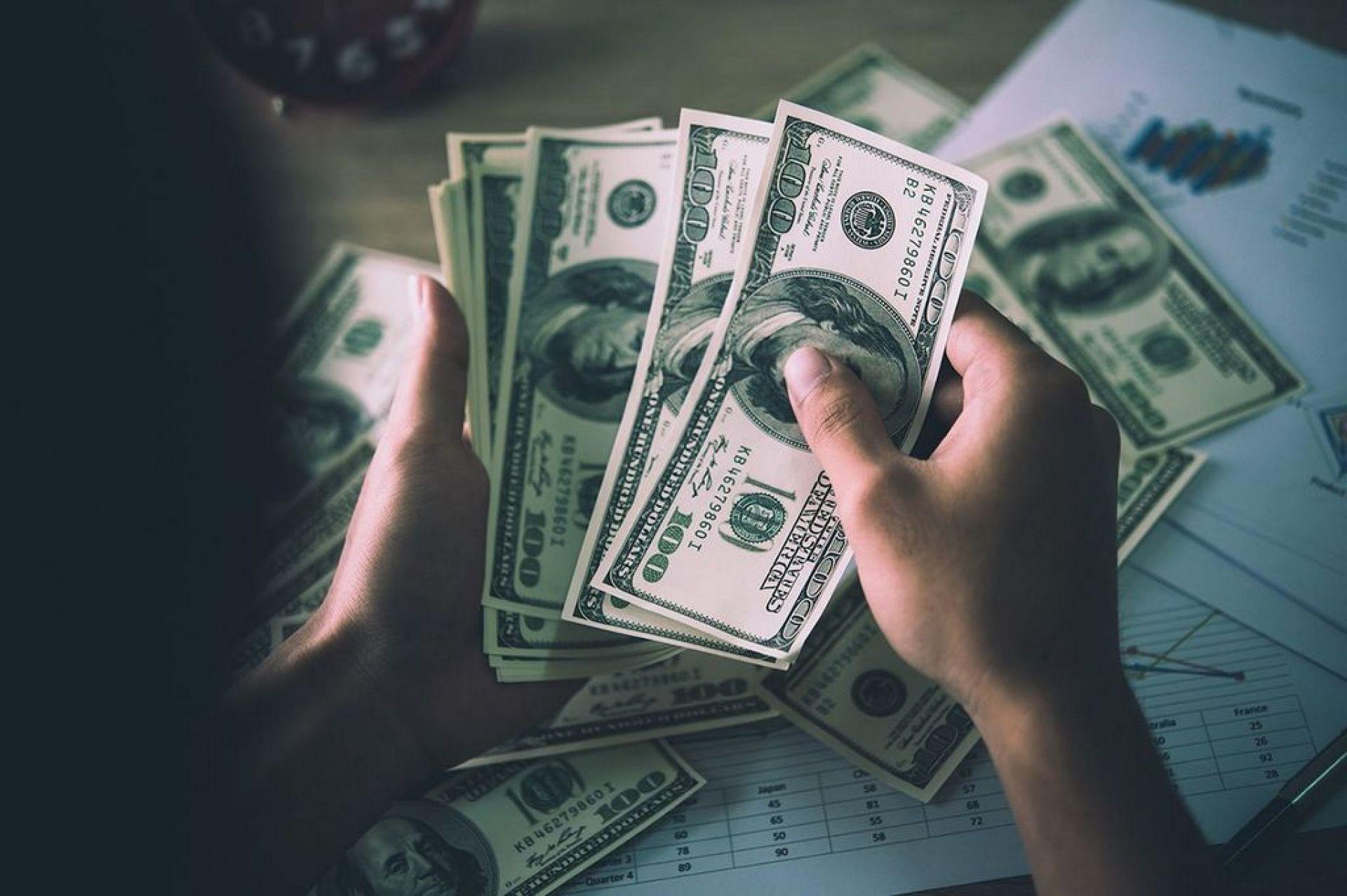 الدولار عند أعلى سعر في 16 شهرا وضبابية انفصال بريطانيا تضر بالاسترليني