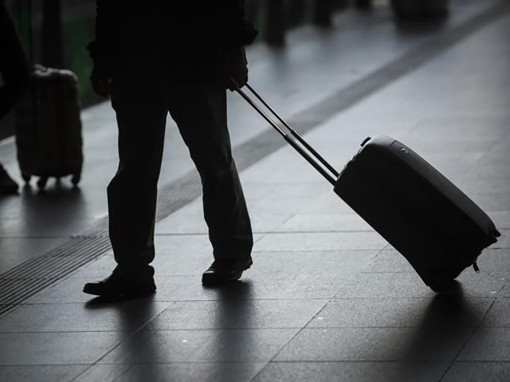 ضبط آسيوي يخفي أقراص مؤثرة عقليا في أنابيب جر حقيبته