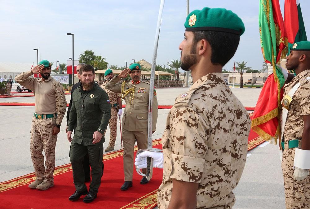 رئيس جمهورية الشيشان الصديقة يقوم بزيارة إلى الحرس الملكي