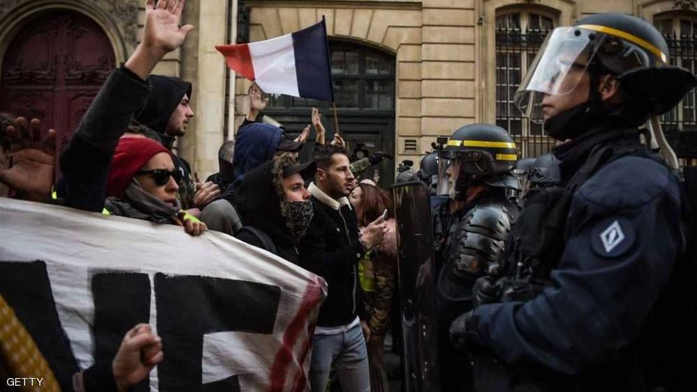 الاحتجاجات تشعل فرنسا.. سقوط قتيلة وعشرات المصابين