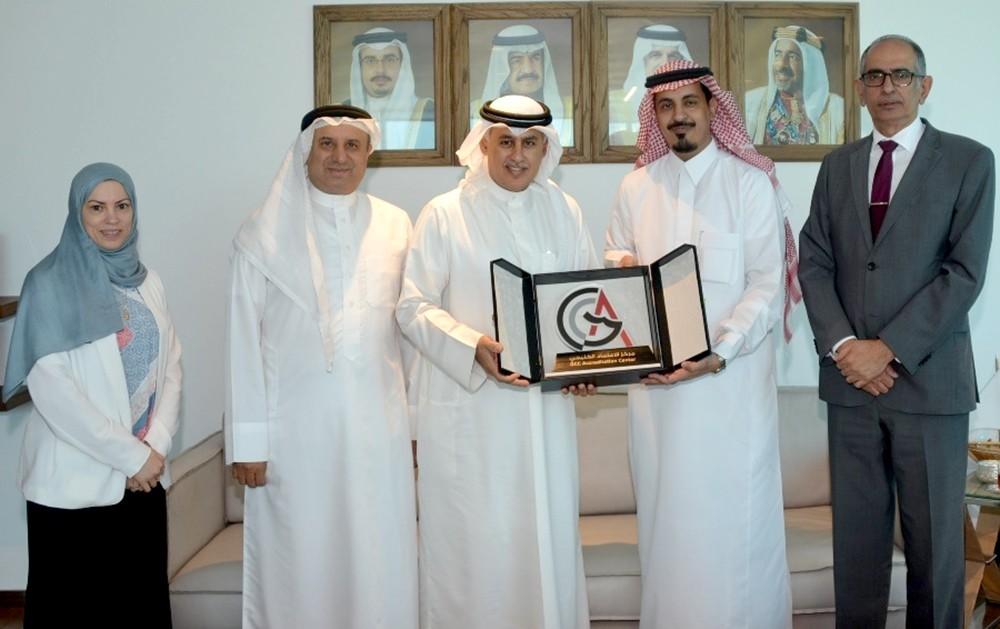 وزير الصناعة يتسلم نسخة من شهادة الاعتراف الدولي لمركز الاعتماد الخليجي