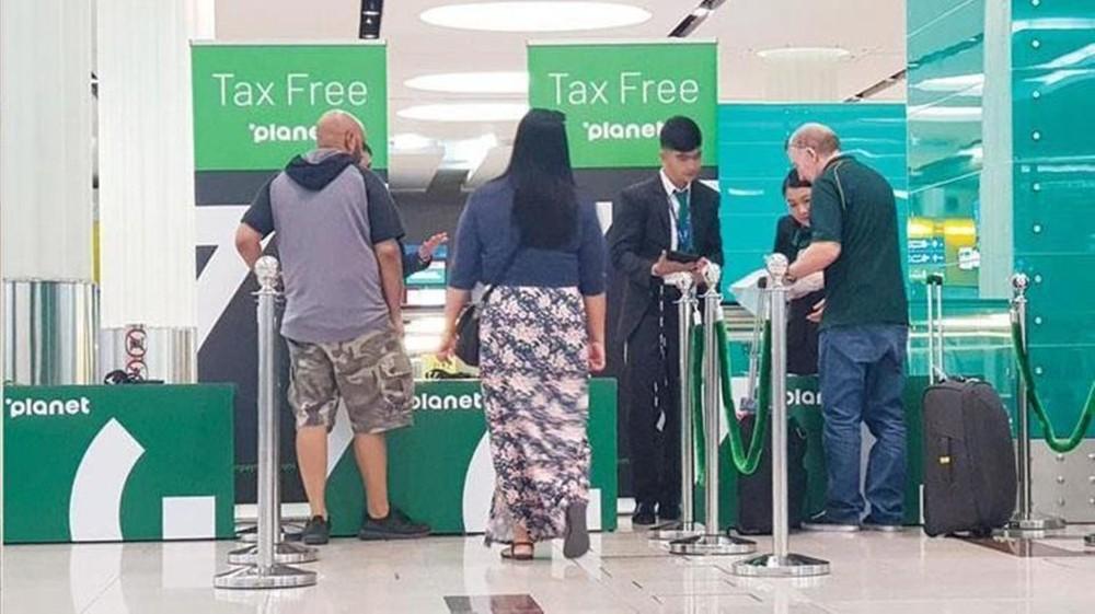 """أول أيام التطبيق.. رد """"المضافة"""" للسياح بمطارات الإمارات"""