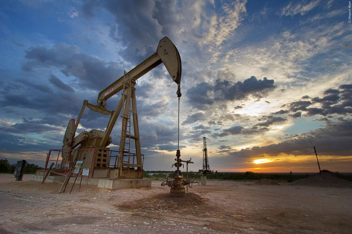 أسعار النفط تقفز نحو أربعة بالمئة بعد الهدنة الامريكية الصينية