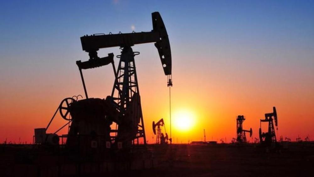 النفط ينخفض بفعل مخاوف النمو العالمي وتخمة الإمدادات