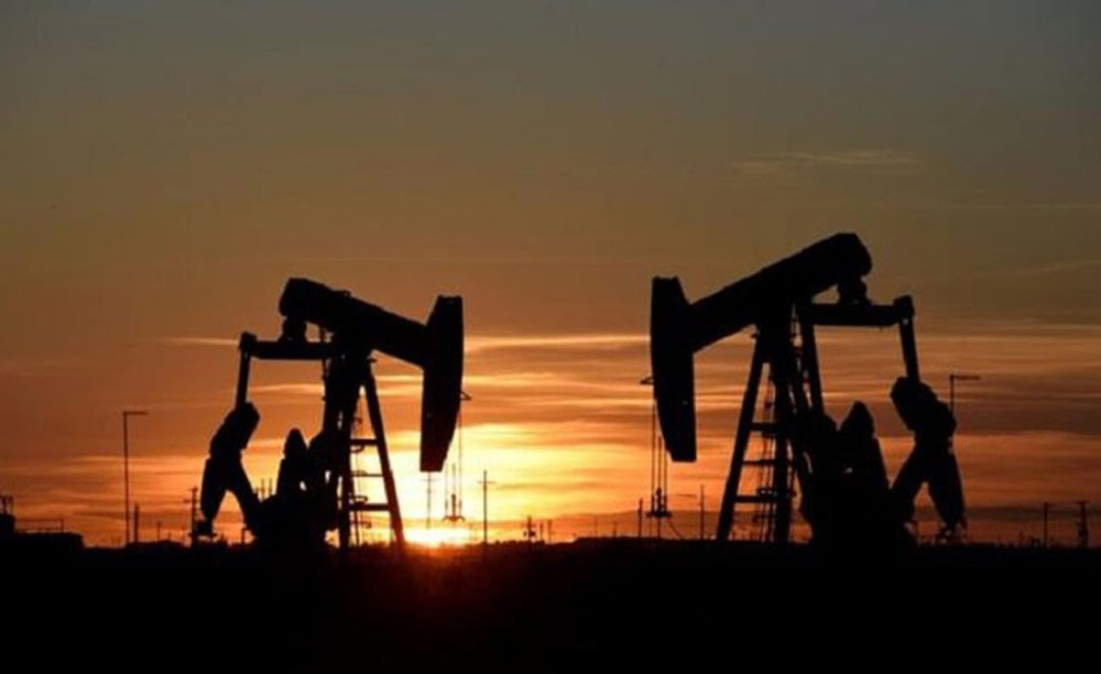 اسعار النفط تتراجع متأثرة بضعف اسواق الاسهم العالمية