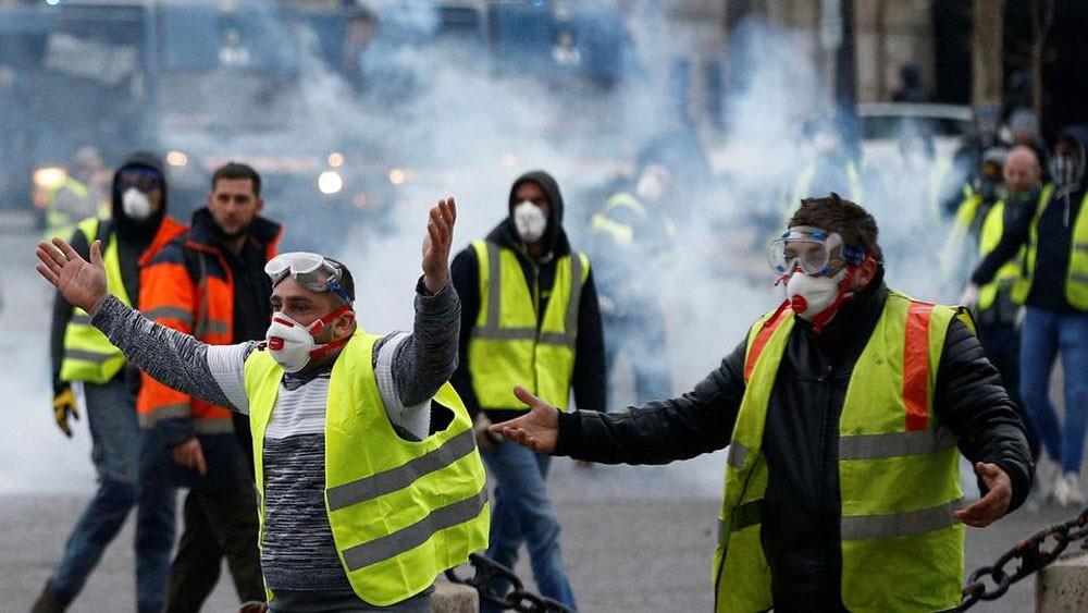 رغم إلغاء ضريبة الوقود.. الإليزيه يخشى مظاهرات السبت