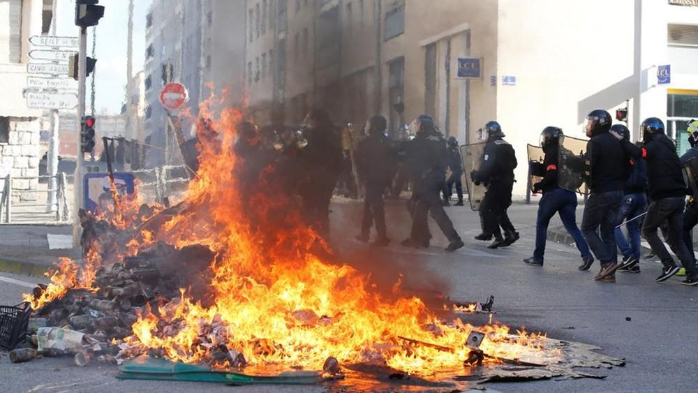 احتجاجات فرنسا تؤجل مباراة مارسيليا وسانت إيتيان