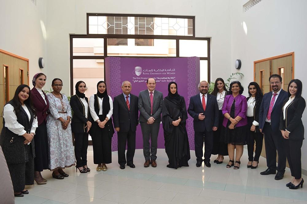 إنجاز البحرين تكرم طالبات الجامعة الملكية للبنات