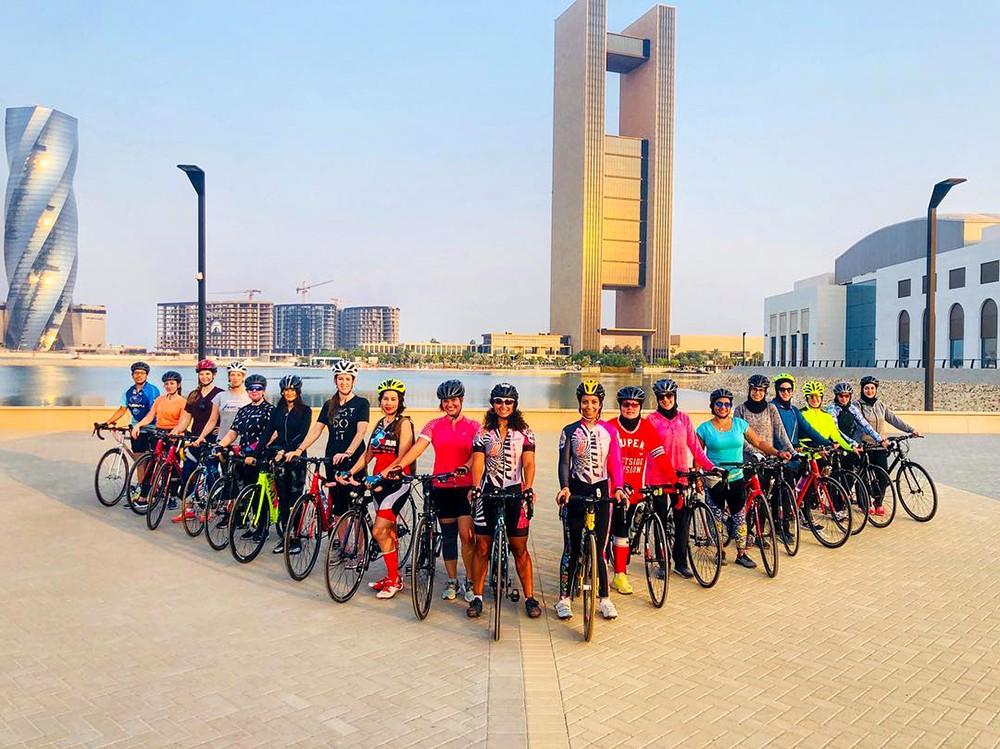 فتيات يشدن برياضة ركوب الدراجات الهوائية
