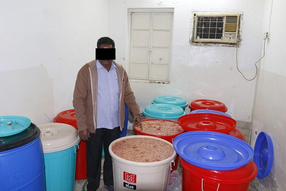 القبض على آسيويين بتهمة القيام بتحويل شقة لمصنع لإنتاج المسكرات