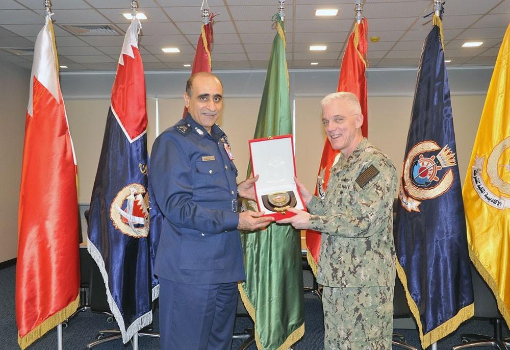 قائد خفر السواحل يبحث التعاون والتنسيق الأمني مع قائد الأسطول الخامس الأمريكي