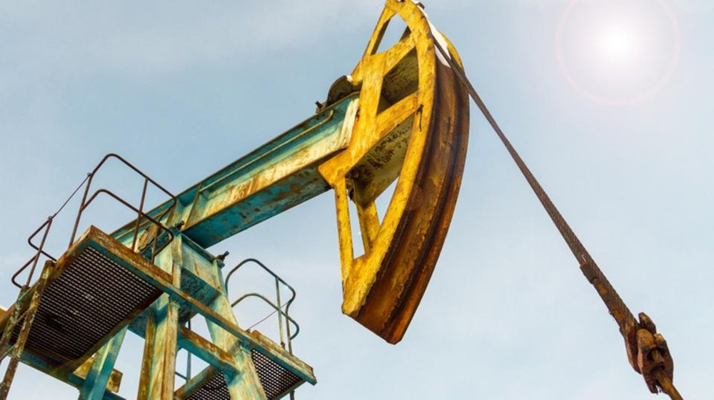 النفط يخسر 1% بفعل المعروض الأميركي