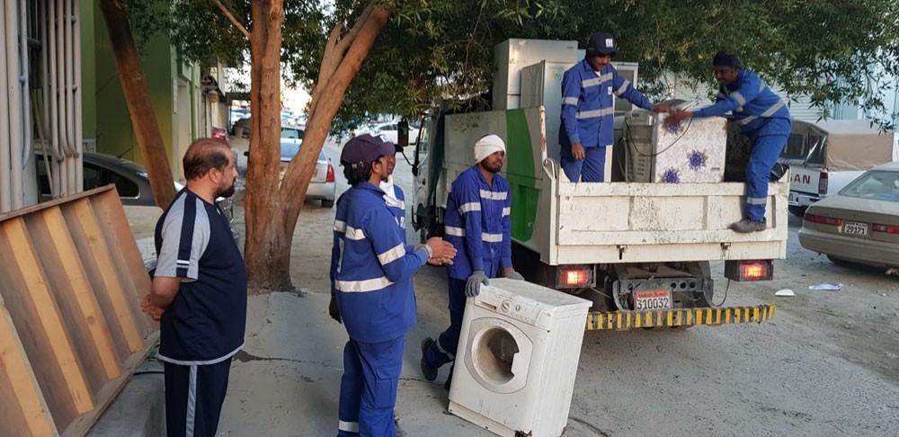 """بلدية """"الجنوبية"""" تزيل مخالفات إشغال الطريق في سوق الرفاع"""