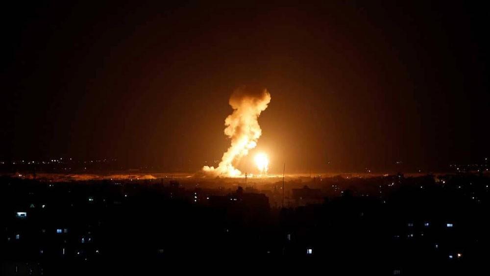 غارات جوية على غزة.. واشتباكات على طول السياج الحدودي