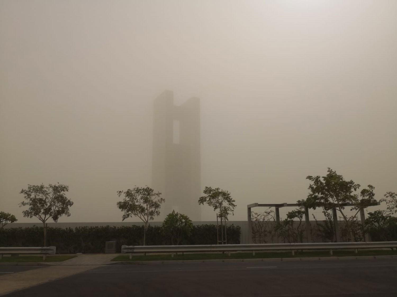 العاصفة الرملية تغير ملامح البحرين.. والطقس مغبر